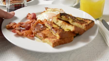 kahvaltı : Breakfast of french toast, bacon and eggs being served