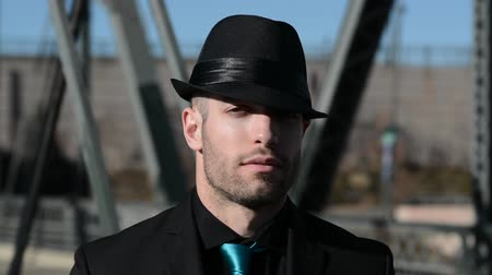 żelazko : Man in a hat with a somewhat sinister look outdoors Wideo