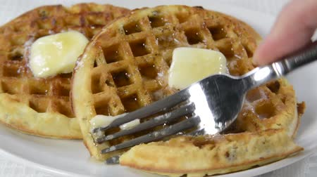 besinler : Taking a forkful of a waffle