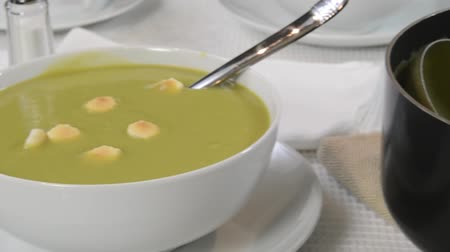 bezelye : Dolly shot to a bowl of pea soup Stok Video
