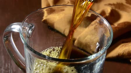 feketés csésze : Closeup of coffee pouring into a cup