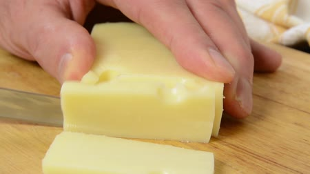 Slicing a block of swiss cheese Vídeos