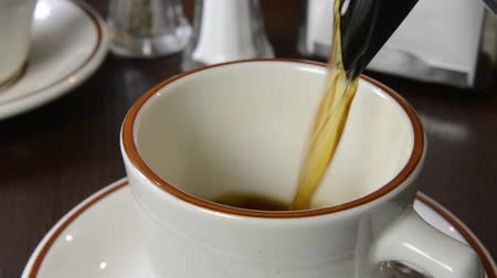 Close up of coffee being poured into a cup Vídeos