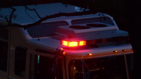Flashing lights on top of an emergency vehicle at night Vídeos