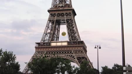 que vale a pena : Eiffel Tower, Paris, low angle