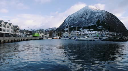 que vale a pena : Volda at Winter with harbor and Rotsethornet