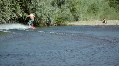 série : Wakeboarding on the river