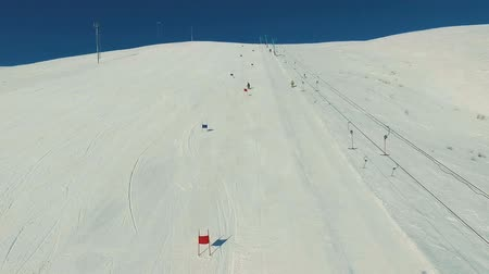 snowbord : Skier on the giant track by the ski-lift. Wideo