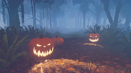 dia das bruxas : Carved Halloween pumpkins on the forest trail