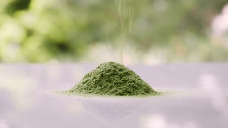 beslenme : Falling young barley grass onto pile. Healthy detox superfood. Green food supplement.