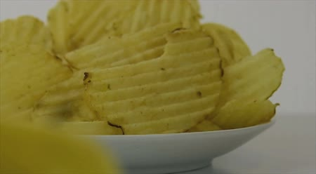 focalizada : Healthy food options.  Starts focused on plain yellow potato chips, then transitions to a yellow apple Vídeos