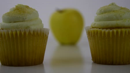 limão : Healthy food options.  Starts focused on a yellow lemon creme cupcake, then transitions to a yellow apple