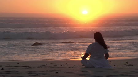 размышлять : Woman meditating on the beach at sunset,Cape Town, South Africa Стоковые видеозаписи
