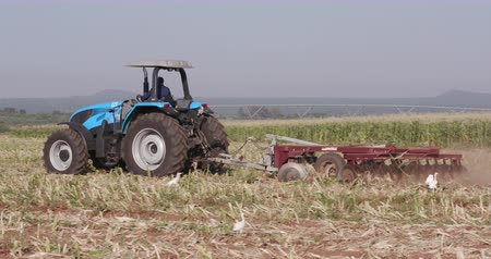 трактор : 4K tractor ploughing a field