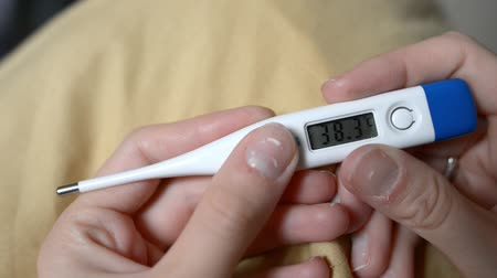 higany : Electronic thermometer shows high temperature Stock mozgókép