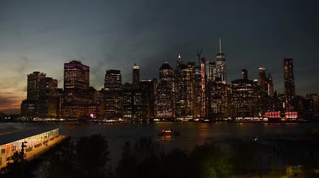 waterkant : Verbazingwekkende New York City Manhattan skyline panorama-uitzicht over de rivier de Hudson. Bezienswaardigheden-tour in NYC. Stockvideo
