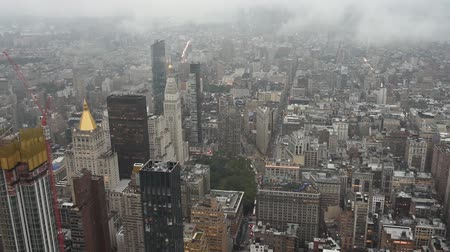 deštivý : Top view of New York skyline in rainy and cloudy day. Skyscrapers of NYC in the fog. Stunning and magnificent view of famous city