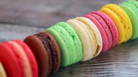 миндальное печенье : Colorful sweet macaroons on rustic wooden background