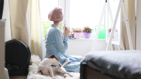 köpek yavrusu : Young blonde girl with dog at home interior