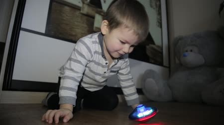 hravý : A little boy sits on the floor and plays with toys