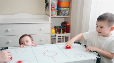 irmãs : Brother plays air hockey and little sister watches him HD 1920x1080