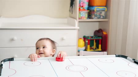 irmãs : Little girl wants to learn how to play air hockey