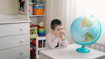 personalidade : Preschool boy exploring the world on the world globe