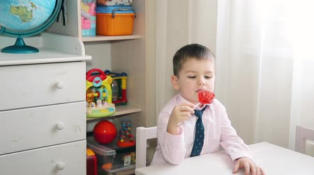 mateřská škola : A little child eats candy red 19209x1080p HD
