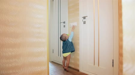 ниппель : Little girl turns off the bathroom light and the toilet HD 1920x1080p