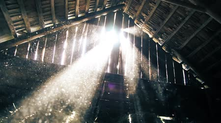poddasze : Dust flies in the rays of sunlight in the attic of the old barn HD 1920x1080