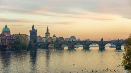 프라하 : People walking on the Charles Bridge at sunset, Prague, Czech Republic.