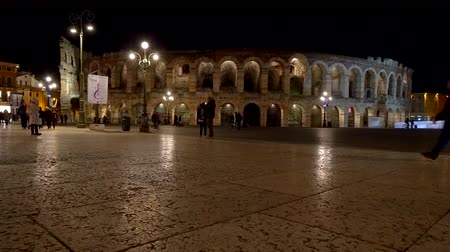 amfiteátr : People walking in front of the Veronas Arena at night, Verona, Italy. Dostupné videozáznamy