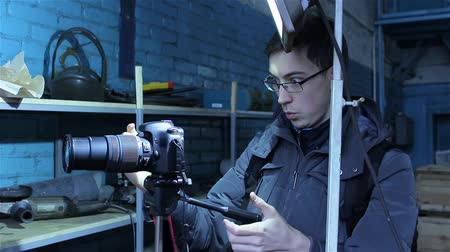 moderní : Young professional male photographer making a photo shoot for photo stocks during the cold season, a manufacturing company