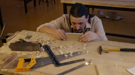 warsztat : Carpenter labor master work with wood Wideo