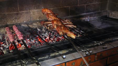 špejle : Cooking meat on the coals. Kebabs on skewers cooked on coals in the smoke. Roasted meat on the fire. Cooking lamb on charcoal.