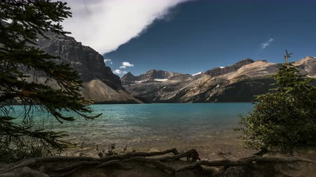 tyrkysový : 4K Time lapse film video movie Timelapse Clouds Moving Over Bow Lake in Banff Nationalpark Alberta Canada. Clouds are moving over water