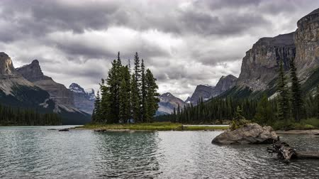 tyrkysový : 4K Time lapse film video movie Timelapse Clouds Moving Over Spirit Island in Maligne Lake in Jasper Nationalpark Alberta Canada