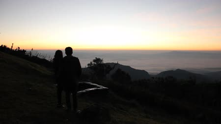 extremo : Silhouette of people before sunrise light