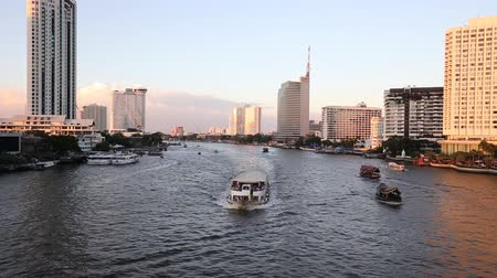 shangri la : View of Chao Phraya River and various luxury hotels and condominiums along the Chao Phraya waterfront at dusk