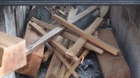 bloklar : Starting fire in fire pit made of building blocks.