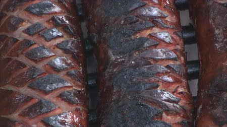 kamp ateşi : Extreme close up of grilling sausage on the fire pit 3