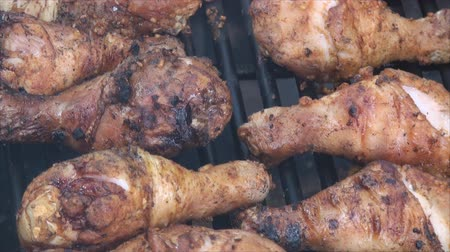 frango : Browning chicken drumsticks on the fire pits grill. Chicken drumsticks were marinated in salt and dry garlic.