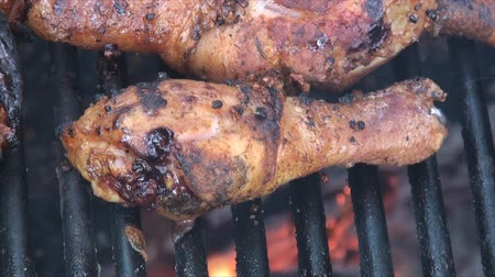 tavuk : Close up of marinated chicken drumstick scorching on the fire pits grill. Chicken drumsticks were marinated in salt and dry garlic. Stok Video
