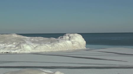 реальное время : Zoom out of Lake Michigan and beach covered in ice. Стоковые видеозаписи