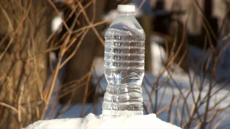 mrazivý : Time lapse of freezing plastic bottle of water. Bottle overturns due to the expanding ice inside of the bottle. Actual freezing time was 60 minutes. Actual outdoor temperature was 0F. Dostupné videozáznamy