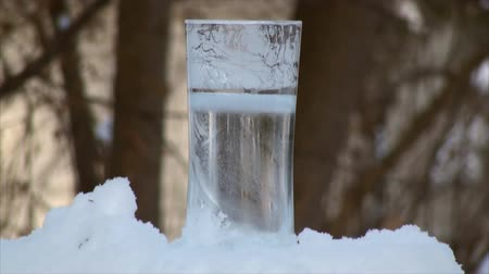 mrazivý : Freezing water in the thin tall glass in time lapse. Outdoor temperature was 6F.