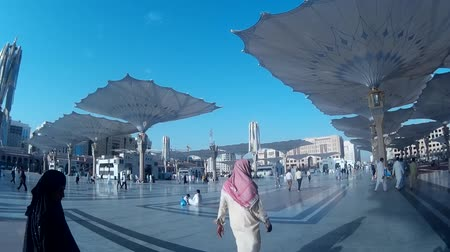 pielgrzymka : MEDINA, SAUDI ARABIA - MARCH 06, 2016: Pilgrims walking outside of Nabawi Mosque. It is a 2nd holy place in Islam. Wideo