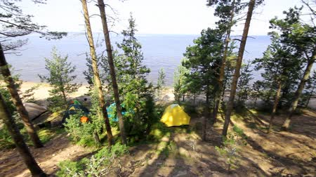 kamp : camping on the seashore in the summer Stok Video
