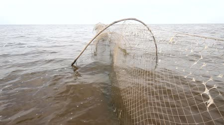 contornos : fishing net  a fish-trap on lake