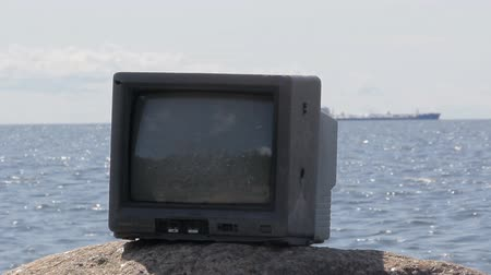 комедия : Sea threw out old TV. Camera angle such, that ship comes up from TV. Video for entertainment Стоковые видеозаписи